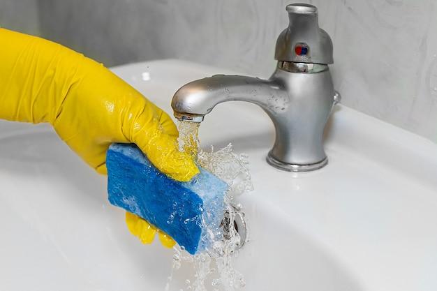 Le processus de nettoyage du lavabo dans la salle de bain factures de services publics coûteuses