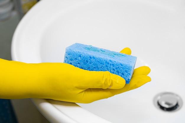 Le processus de nettoyage du lavabo dans la salle de bain