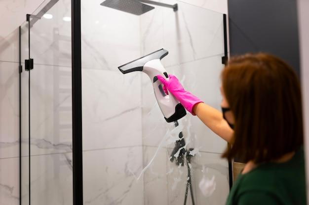 Processus de nettoyage professionnel de la salle de bain