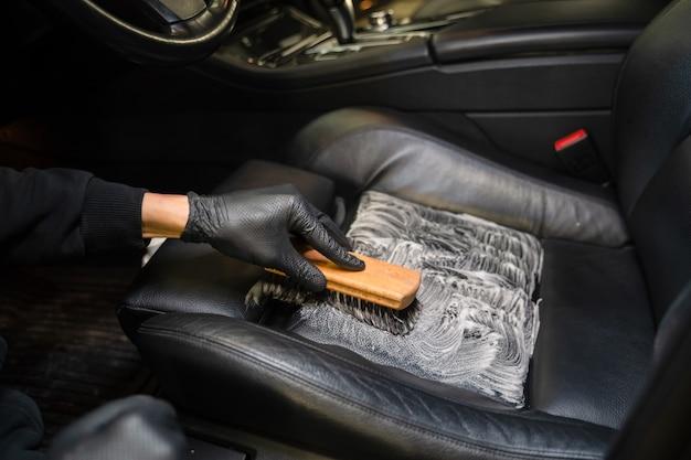 Processus de nettoyage professionnel des sièges d'auto en cuir.