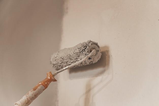 Le processus de peinture des murs avec un rouleau