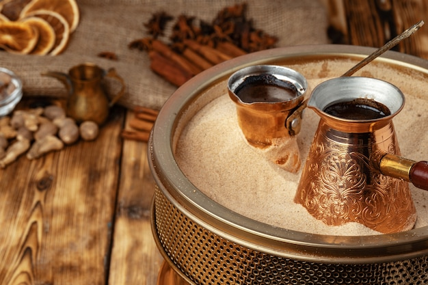 Processus de préparation du café en turc en cezve sur le sable