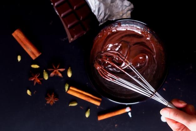 Processus de préparation du concept alimentaire pour faire fondre le chocolat biologique pour faire des desserts