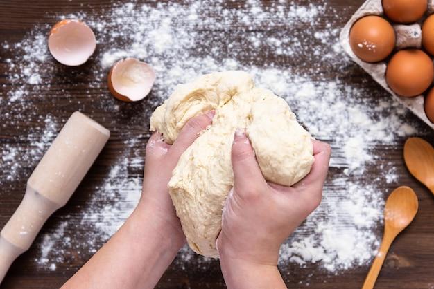 Le processus de préparation et de mélange de la pâte pour la préparation de produits de boulangerie. vue de dessus.