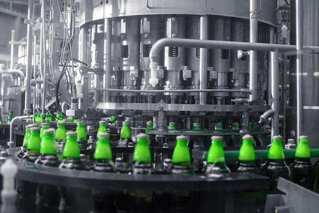 Le processus de remplissage de la bière en bouteilles sur une ligne de convoyeur de production.