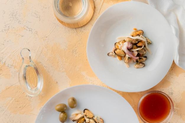 Le processus de servir des plats frais très délicieux et épicés avec les fruits de mer