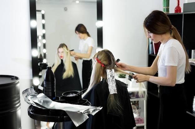 Processus de teinture des cheveux au salon de beauté