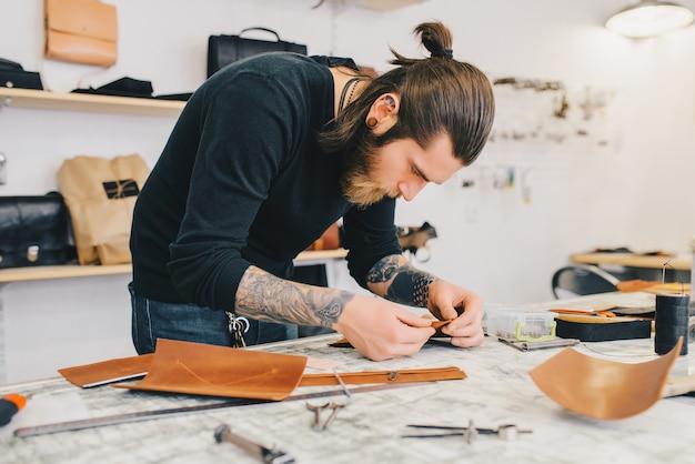 Processus de travail du sac en cuir dans l'atelier de cuir.