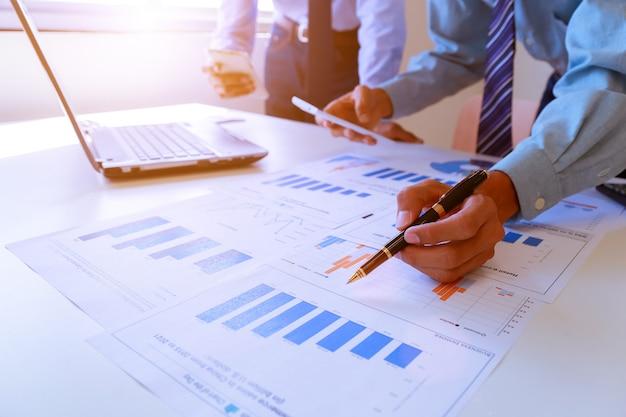 Processus de travail en équipe de jeunes chefs d'entreprise travaillant avec un nouveau projet de démarrage.