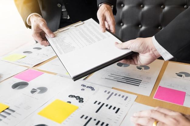 Processus de travail en équipe, les jeunes gestionnaires d'entreprise travaillent avec un nouveau projet de démarrage, discutent et analysent les plans graphiques.