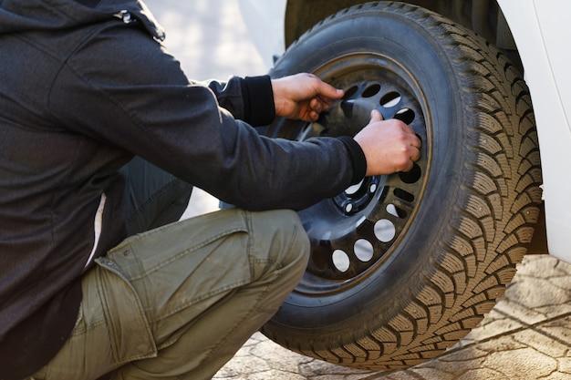 Processus de travail de retrait de la roue de la voiture