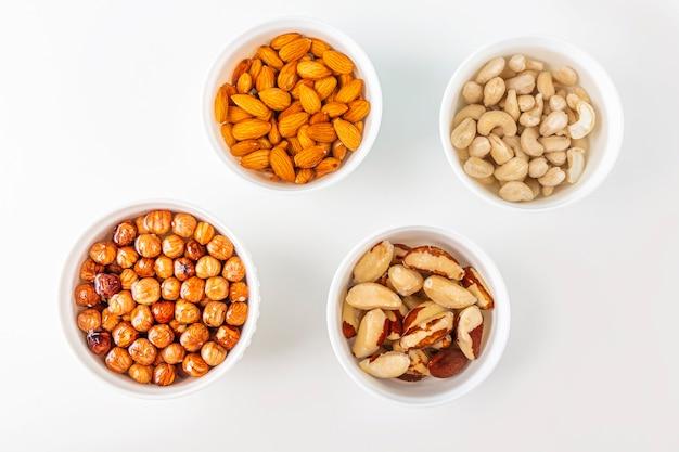 Processus de trempage de diverses noix: amandes, noisettes, noix de cajou, noix du brésil dans l'eau pour activer