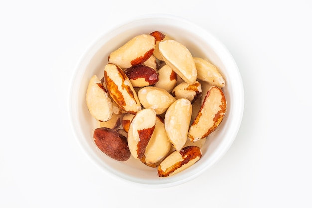 Processus de trempage de diverses noix noix du brésil dans l'eau pour l'activer