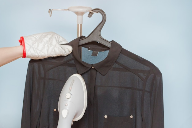 Processus de vapeur une chemise, gros plan