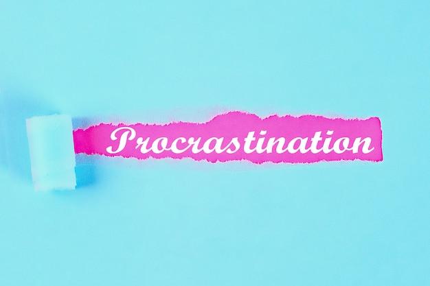 Procrastination avec inscription d'ouverture, morceau de papier déchiré.