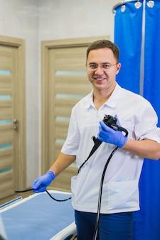 Proctologue tenant un anoscope à l'hôpital