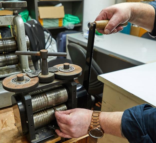 Production de bijoux. recycler les matières premières. fabrication de bijoux sur la machine à rouler les métaux.