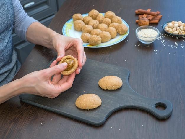 Production manuelle de cookies pour les vacances. préparation de biscuits égyptiens