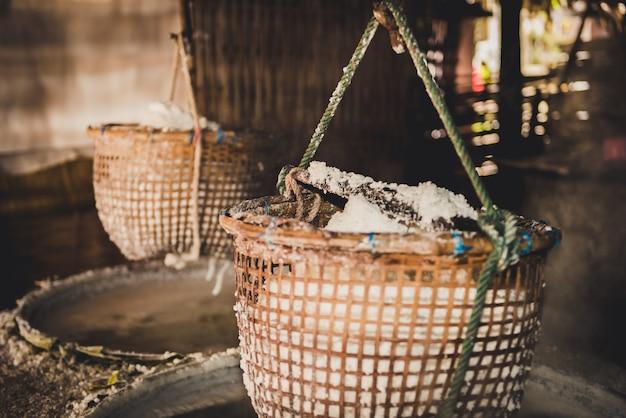 Production de sel traditionnelle dans le district de boklua, province de nan
