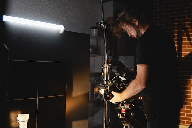 Production vidéo en coulisses. dans les coulisses de la création de contenu vidéo, une équipe professionnelle de cameramen avec un réalisateur filmant des publicités commerciales. création de contenu vidéo, industrie de la création vidéo.