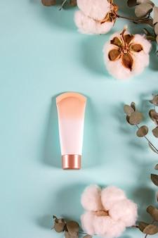 Produit de beauté bio naturel dans un style minimal, vertical.