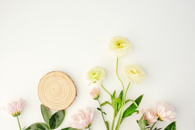Produit de beauté cosmétique avec ingrédient naturel et fleur.