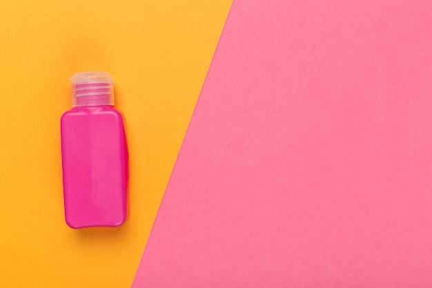 Produit cosmétique sur un bicolore brillant