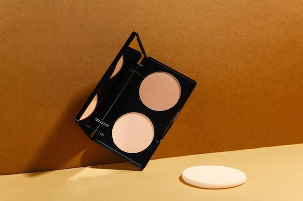 Produit cosmétique de contour du visage en étui rectangulaire avec éponge