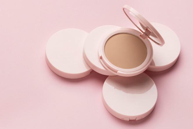 Produit cosmétique avec fond rose