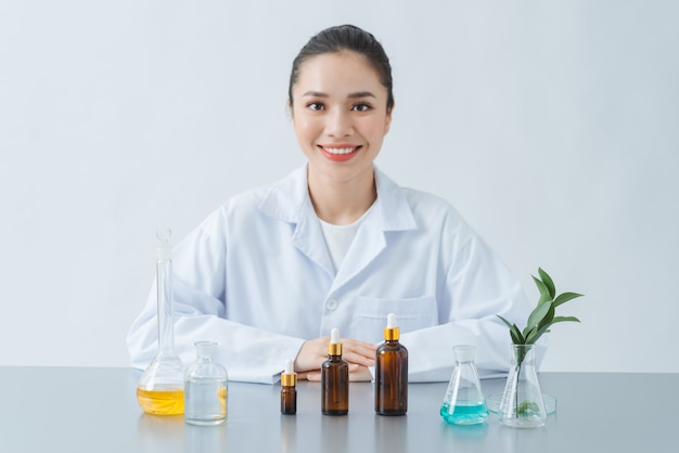 Produit cosmétique naturel biologique en laboratoire pour tester la dermatologie. concept de beauté et de paquet