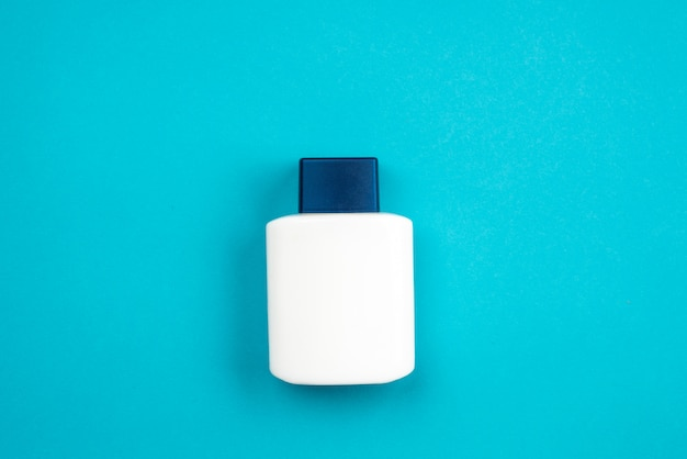 Produit cosmétique pour hommes après-rasage sur fond bleu