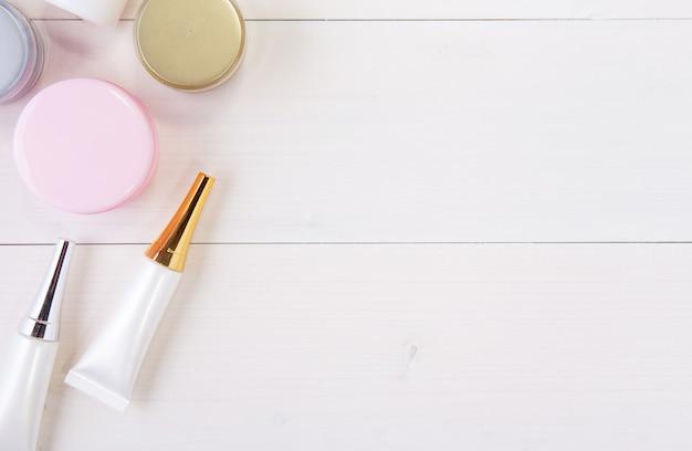 Produit cosmétique et de soin de la peau sur une table en bois blanc