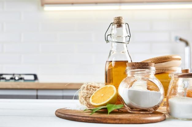 Produit écologique. savon, bicarbonate de soude, vinaigre, citron, sel. recettes simples faites maison. détergent zéro déchet