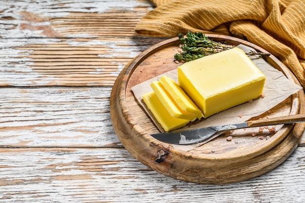 Produit laitier biologique sur planche de bois