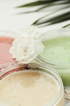 Produit naturel de cosmétologie avec des fleurs