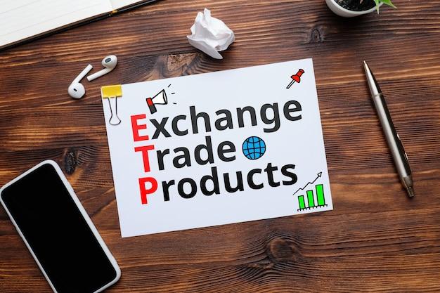 Produit négocié en bourse etp lettrage du marché électronique sur une feuille de papier sur la table.