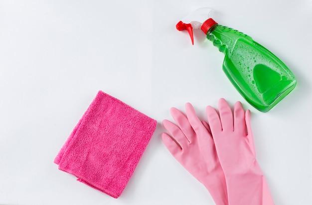 Produit de nettoyage, chiffon et gants jetables