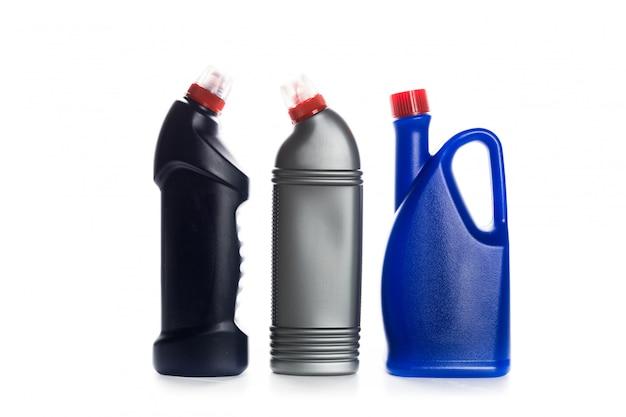 Produit de nettoyage contenant en plastique pour maison propre sur blanc