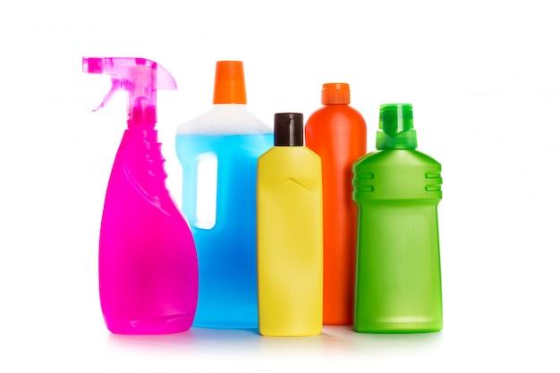 Produit de nettoyage contenant en plastique pour maison propre sur fond blanc