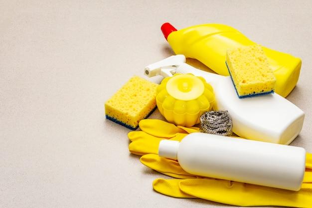 Produit de nettoyage de maison allumé. vaporisateur, bouteille, gants, éponge à vaisselle, grattoir, assainisseur d'air en gel