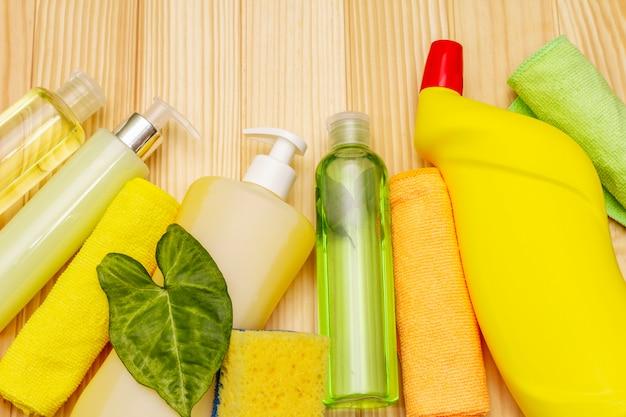 Produit de nettoyage de maison. vaporisateur, bouteille, savon, éponge à vaisselle, plumeau, assainisseur d'air en gel. désinfection à domicile en quarantaine