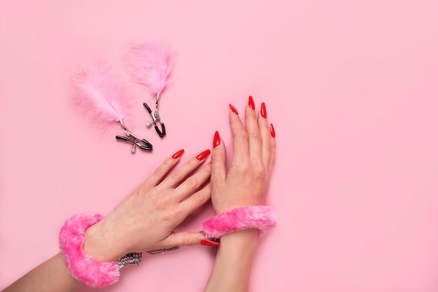 Sur un produit de sexe mural rose, un jouet pour adultes