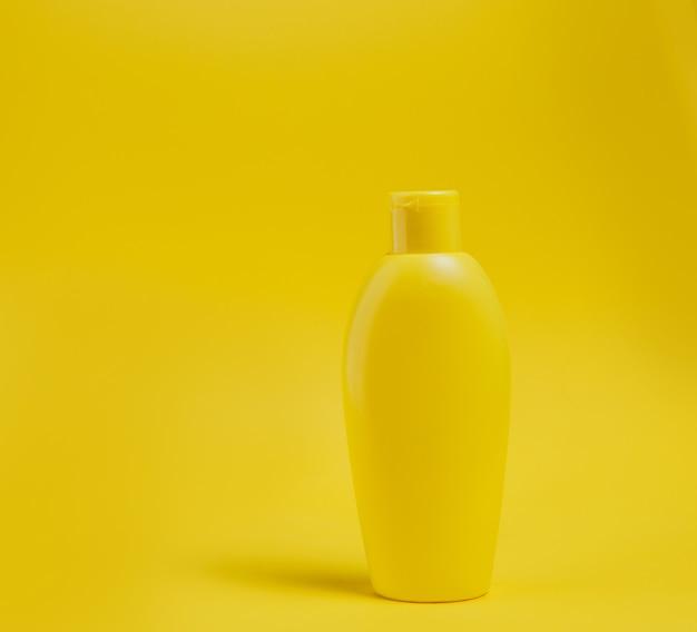 Produit de soin du corps sur jaune