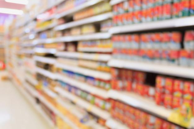 Produits alimentaires en conserve en arrière-plan flou de supermarché