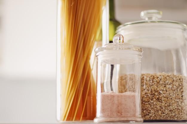 Produits alimentaires dans des bocaux en verre dans la cuisine pâtes céréales sel épicerie vin