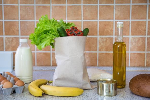 Produits alimentaires livrés à la maison légumes lait beurre œufs pain riz dans une boutique en ligne