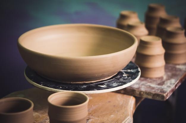 Les produits en argile céramique se tiennent sur l'étagère en gros plan.