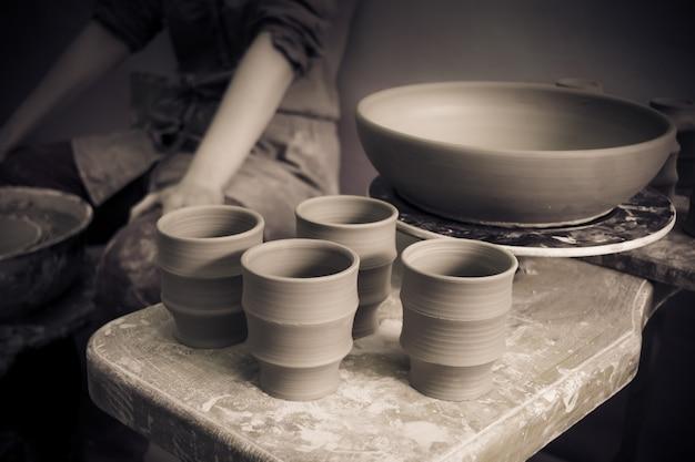 Les produits d'argile en céramique se tiennent sur le plan rapproché d'étagère, macro