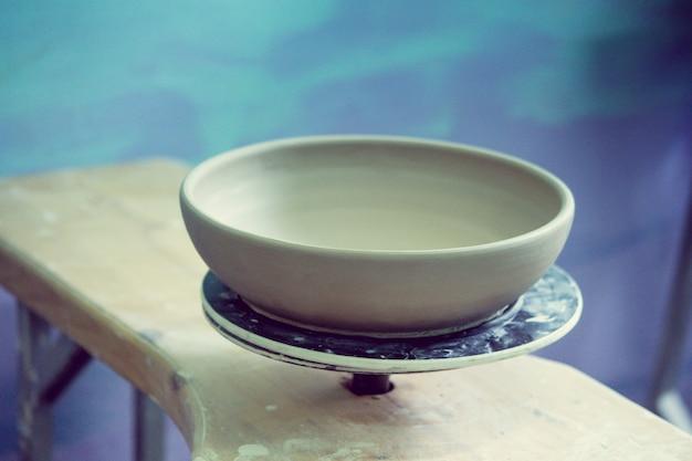 Les produits d'argile en céramique se tiennent sur le plan rapproché d'étagère