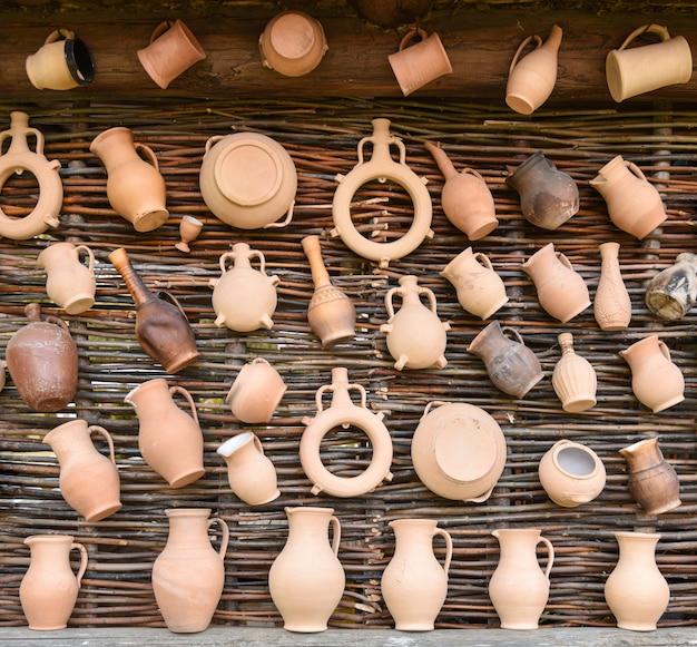Produits artisanaux en terre cuite sur un mur de bouleau